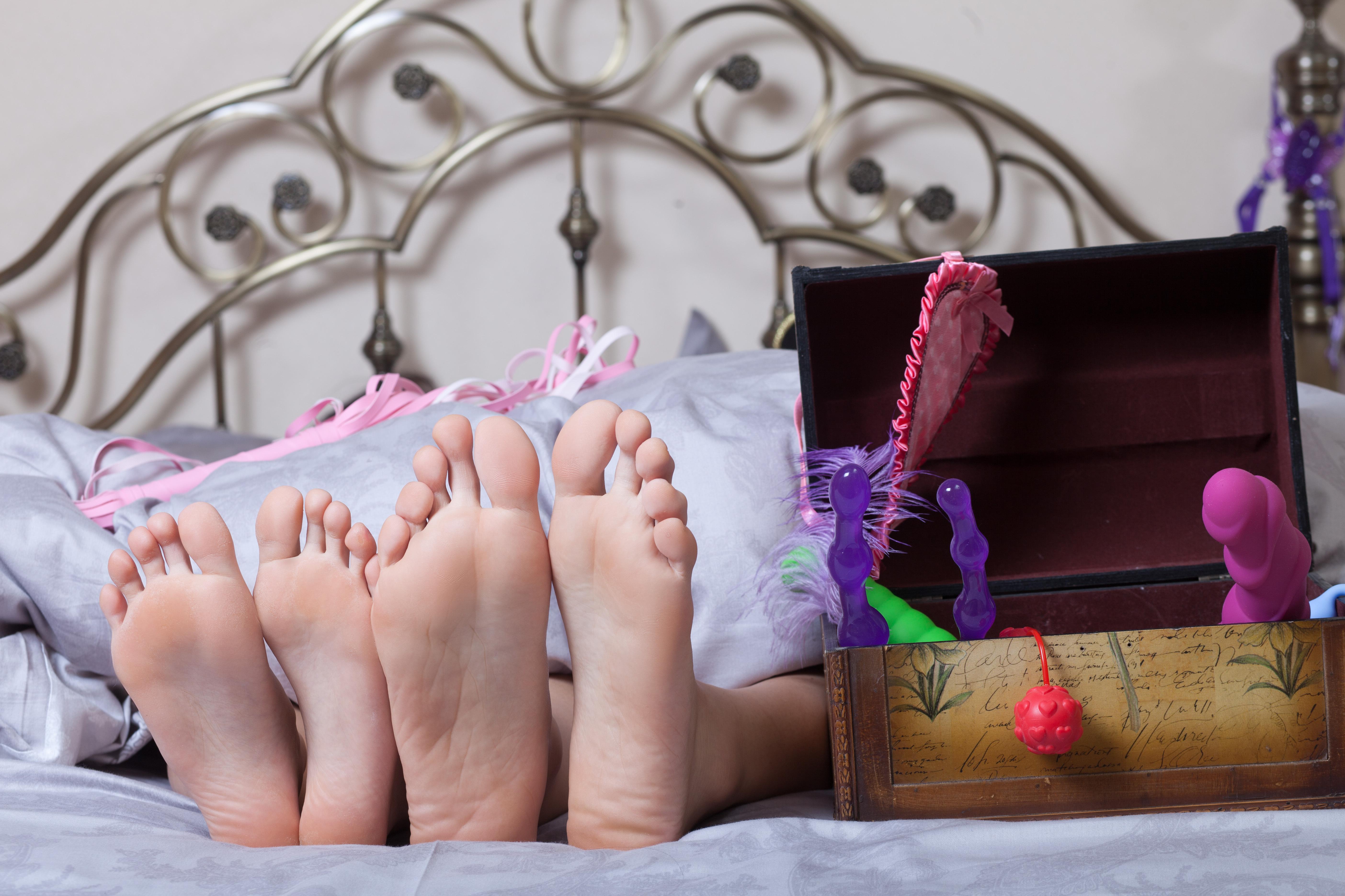 Девушка и много секс игрушек — pic 12